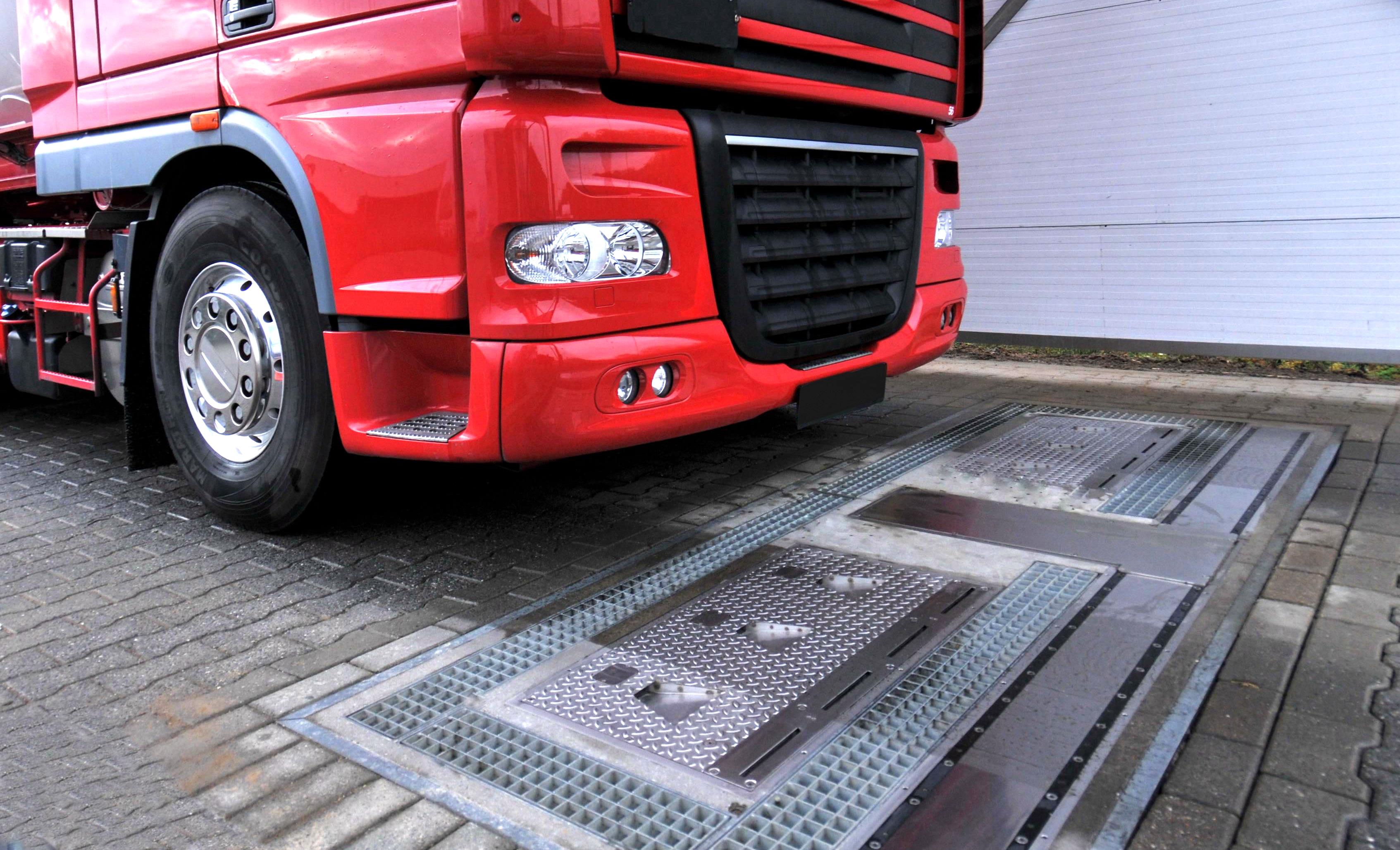 卡車即將通過由Ventech Systems GmbH所製造的全自動輪胎檢測系統,此創新裝置可快速的檢測出胎壓、溝深及車重。固特異輪胎及橡膠公司已同意自Grenzebach Maschinenbau GmbH購入Ventech Systems