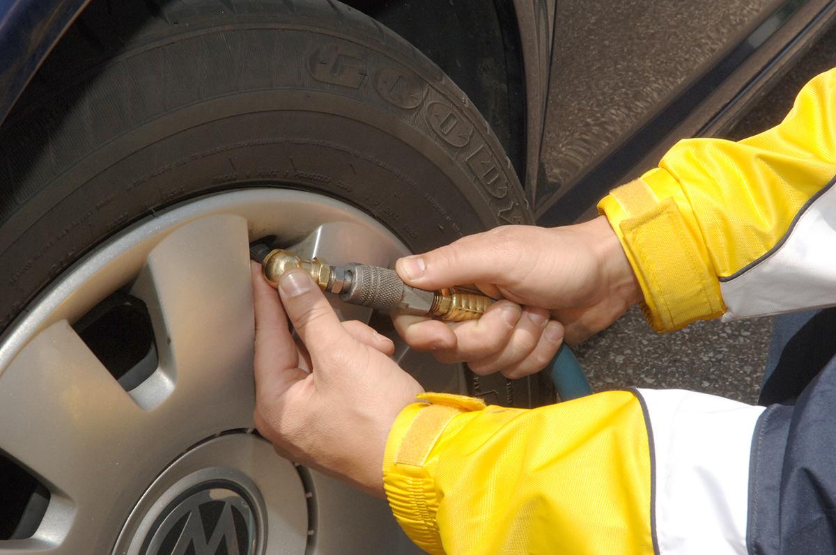 更換缺氣輪胎