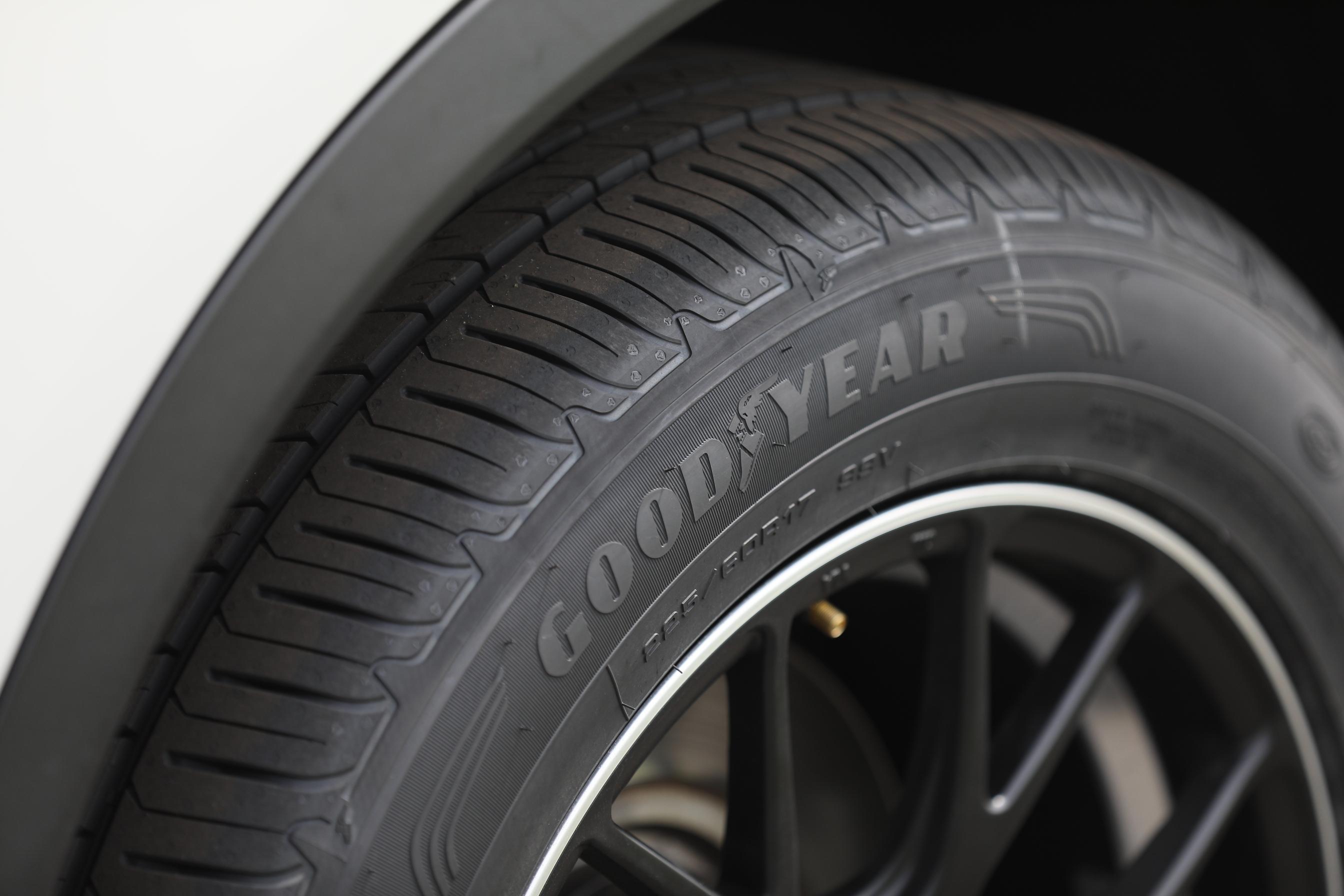 5 新一代SUV輪胎比前一代產品,擁有更佳的濕地性能(更短的濕地煞停距離,較佳的排水設計,較優的濕地操控),更精準的操控(較佳的乾地操控、濕地操控)以及更佳的省油表現(較低的油量消耗)