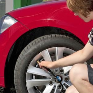 檢查輪胎磨損
